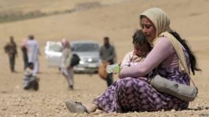 यज़ीदी समुदाय की एक विस्थापित महिला और उसका बच्चा