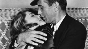 "Foto: Humphrey Bogart, a la derecha, abrazando a Lauren Bacall en una escena de ""To Have and Have Not"", 1944"
