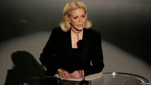 Lauren Bacall en el escenario de la versión 78 de los Oscar, en 2006.