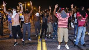 Manifestantes hacen gestos luego de disturbios violentos contra de la muerte de Michael Brown.  Foto: Reuters