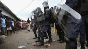 Policía en el barrio de West Point en Liberia