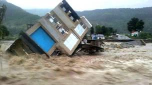 पुंछ में आई विनाशकारी बाढ़ में गिरा एक मकान.