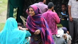 रजौरी ज़िले में स्वास्थ्य चिकित्सा शिविर में इलाज़ के लिए आईं महिलाएं.