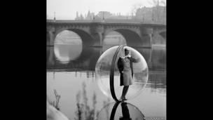 Melvin Sokolsky, Burbuja en el Sena, París, 1963. Cortesía de la galería Fahey/Klein.