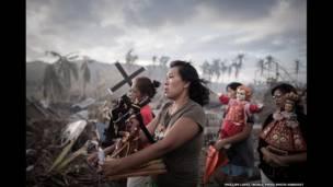 फिलिपींस में एक धार्मिक आयोजन के बीच आए हेयान तूफान से बच गए लोग