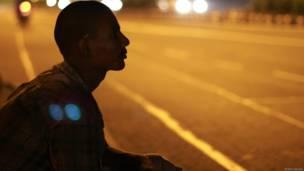दिल्ली, सड़क, रात, युवक, नौजवान, मज़दूर