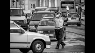 شرطي مرور يرقص في الشارع بمدينة لشبونة. كارلوس دا كوستا