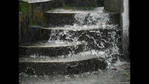 تدفق مياه الأمطار في قرية ماوسينرام خلال هطول الأمطار الغزيرة. عاموس تشابل/ ريكس فيتشرز