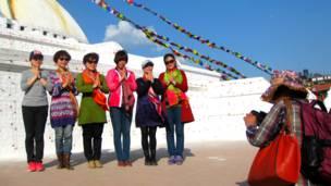 काठमाण्डूको बौध्दमा तस्वीर खिचाउदै केही चीनियाँ पर्यटकहरु