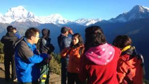 म्याग्दीको पुनहिलमा हिमालयको दृश्यमा रमाउँदै चीनियाँ पर्यटकहरु