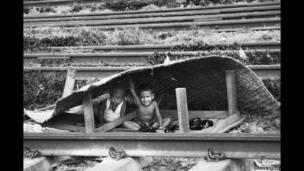 Дети, строящие дом из циновки, Пулок Бисуос