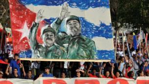 La imagen de los hermanos Castro en una pancarta, durante la celebración del 1 de mayo de 2009 en La Habana. Foto: Getty Images