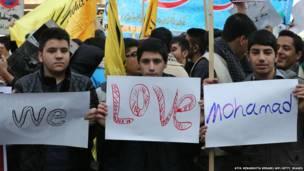 ईरानी स्कूली बच्चे तेहरान में शार्ली हेब्दों में पैगंबर मोहम्मद का कार्टून बनाने के ख़िलाफ़ प्रदर्शन करते हुए.