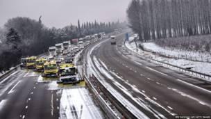 दक्षिण-पूर्व फ़्राँस में एक राजमार्ग पर भारी बर्फ़बारी के बाद का नज़ारा. यूरोप भीषण शीत लहर का सामना कर रहा है.