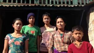 سان ناني غاير مع أطفالها الأربعة في قرية غيالاتشوك