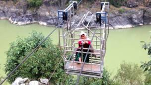 بونمايا غورونغ من قرية غوردي يعبر نهر تريشولي