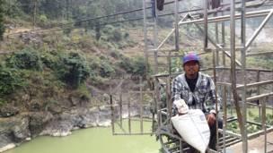بورنا باهادور تشيبانغ من قرية غوردي يحمل البازلاء