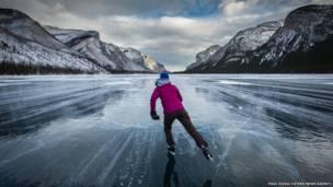 Мужчина катается на коньках по замерзшему озеру в Канаде. Paul Zizka, Caters News