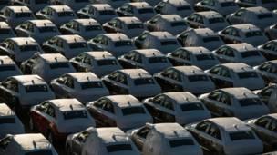 बार्सिलोना बंदरगाह पर खड़ी नई ऑडी क्यू3 गाड़ियां