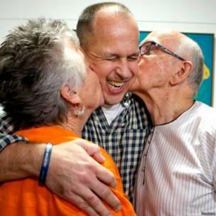 पत्रकार पीटर ग्रेस्टे अपने माता-पिता के साथ