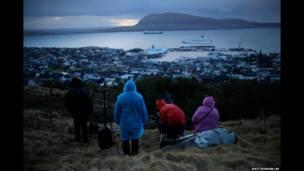 法羅群島海岸上的觀日食人群