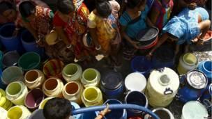 कोलकाता, पानी के डिब्बों की कतारें