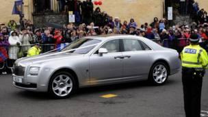 Автомобиль с молодоженами на улицах Данблейна