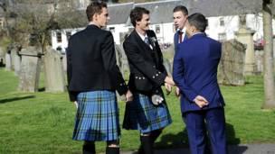 Энди (слева) со старшим братом Джейми и друзьями