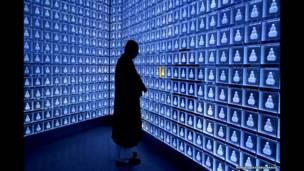Монах молится в храме Бансёдзи