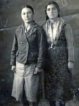Алиме Ильясова (справа) с подругой, имя которой неизвестно. Начало 1940-х годов