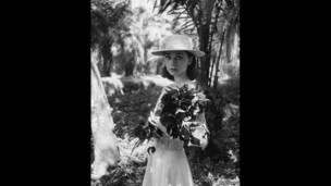 Audrey Hepburn tại nơi trường quay ở châu Phi phim The Nuns Story. Ảnh: Leo Fuchs, 1958