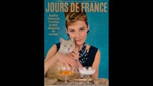 Audrey Hepburn trong vai  Holly Golightly trong phim Breakfast at Tiffany's do Howell Conant chụp, và được đăng trên bìa tạp chí Jours de France, ngày 27 tháng 01 năm 1962).