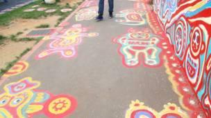 台中彩虹眷村一段畫上了畫的人行道