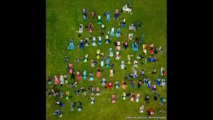 विलनीयस के सेंट्रल पार्क में योग करते लोग, लिथुआनिया