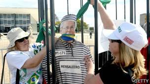 Manifestantes protestan con un muñeco de José Dirceu