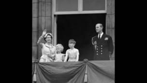 принц Чарльз и принцесса Анна с родителями
