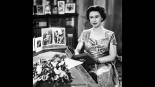 Елизавета II в библиотеке Сандрингемского дворца