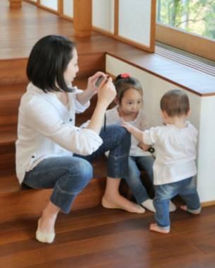 Una madre tomándole una foto a unos niños