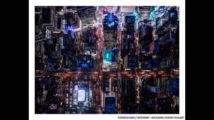 Fotógrafo belga registra fotos noturnas de Nova York pendurado em um helicóptero