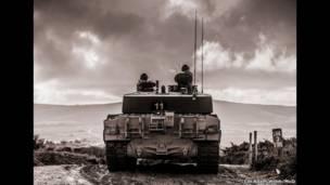 पहाड़ी पर टैंक पर सवार सैनिक