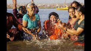 देवप्रयाग में स्नान करती महिलाएं