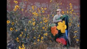1964 के वारहोल फूलों के साथ वारहोल संग्रहालय में विलियम जॉन केनेडी.