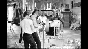1964 में न्यूयॉर्क सिटी में फ़िल्म लेते हुए