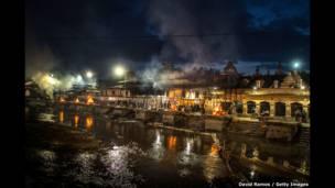 An kona gawarwakin wadanda girgizan kasa ya shafa a wurin bauta na Pashupatinah  da ke Kathmandu a Nepal a ranar 30 ga watan Afrilun shekarar 2015.