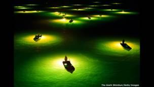 Ночные рыбаки, Япония. Фото: Асахи Симбун.