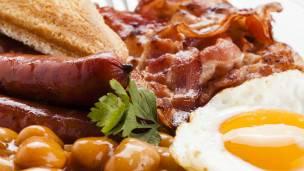 El típico desayuno inglés no es el mejor ejemplo de un desayuno saludable.