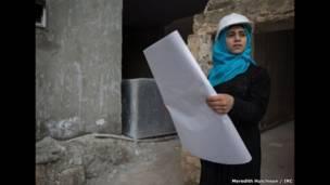 Jovens sírias participam de ensaio fotográfico que as leva a conhecer as profissões de seus sonhos e a imaginar seu futuro.