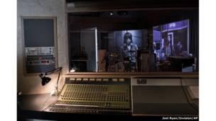 إعادة تجسيد استوديو موسيقي كجزء من أنشطة المعرض-جويل ريان/انفيجن/أسوشيتد برس.