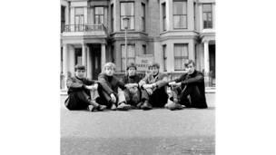 رولينغ ستونز خارج شقتهم في إيدز غروف من تصوير فيليب تاونسيند.