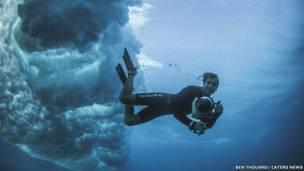 Série de imagens foi produzida pelo francês Ben Thouard a partir do fundo do Oceano Pacífico, em meio às águas cristalinas da costa do Taiti, na Polinésia Francesa (Ben Thouard I Caters News)